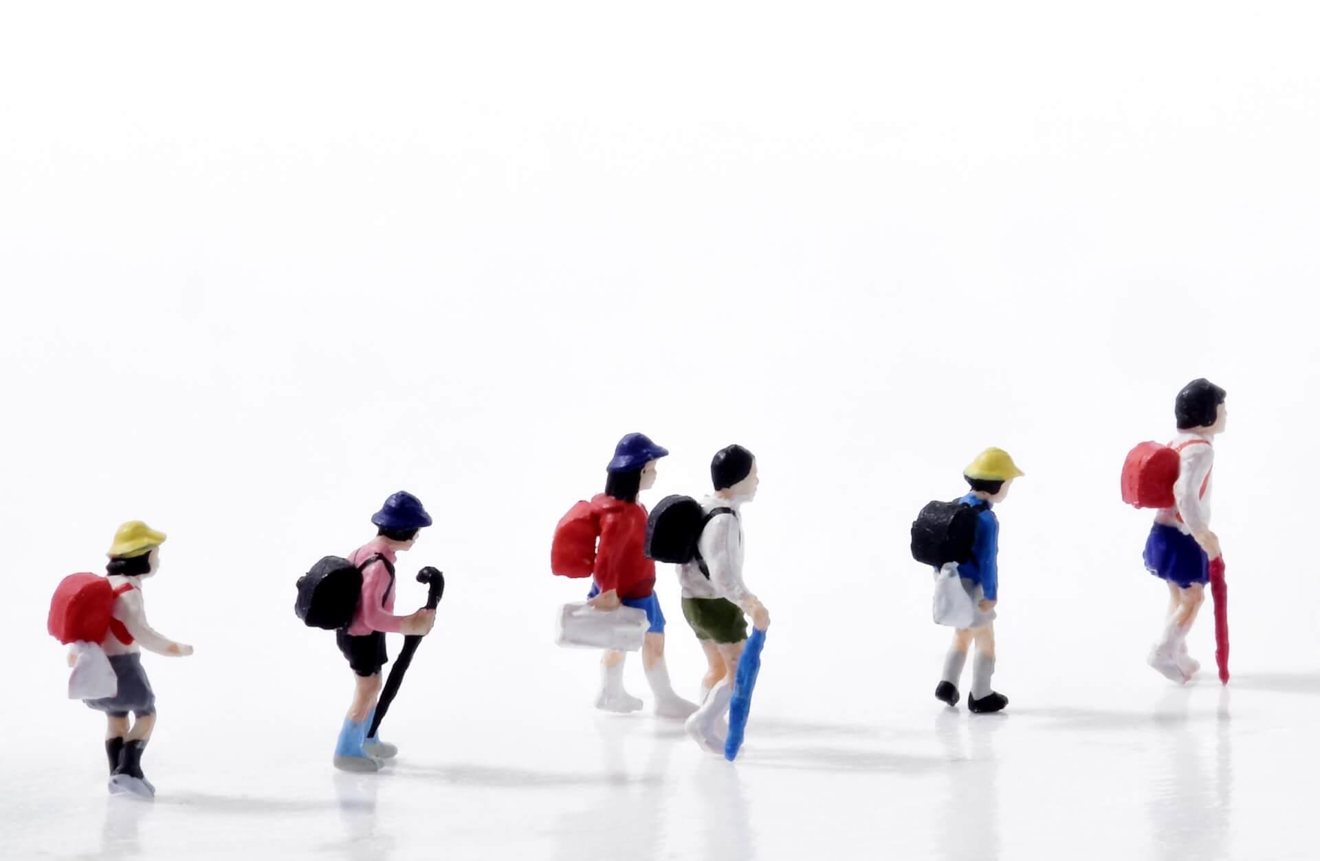 通学中の小学生たち