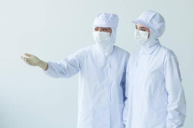 衛生的な白衣姿の製造業従業員