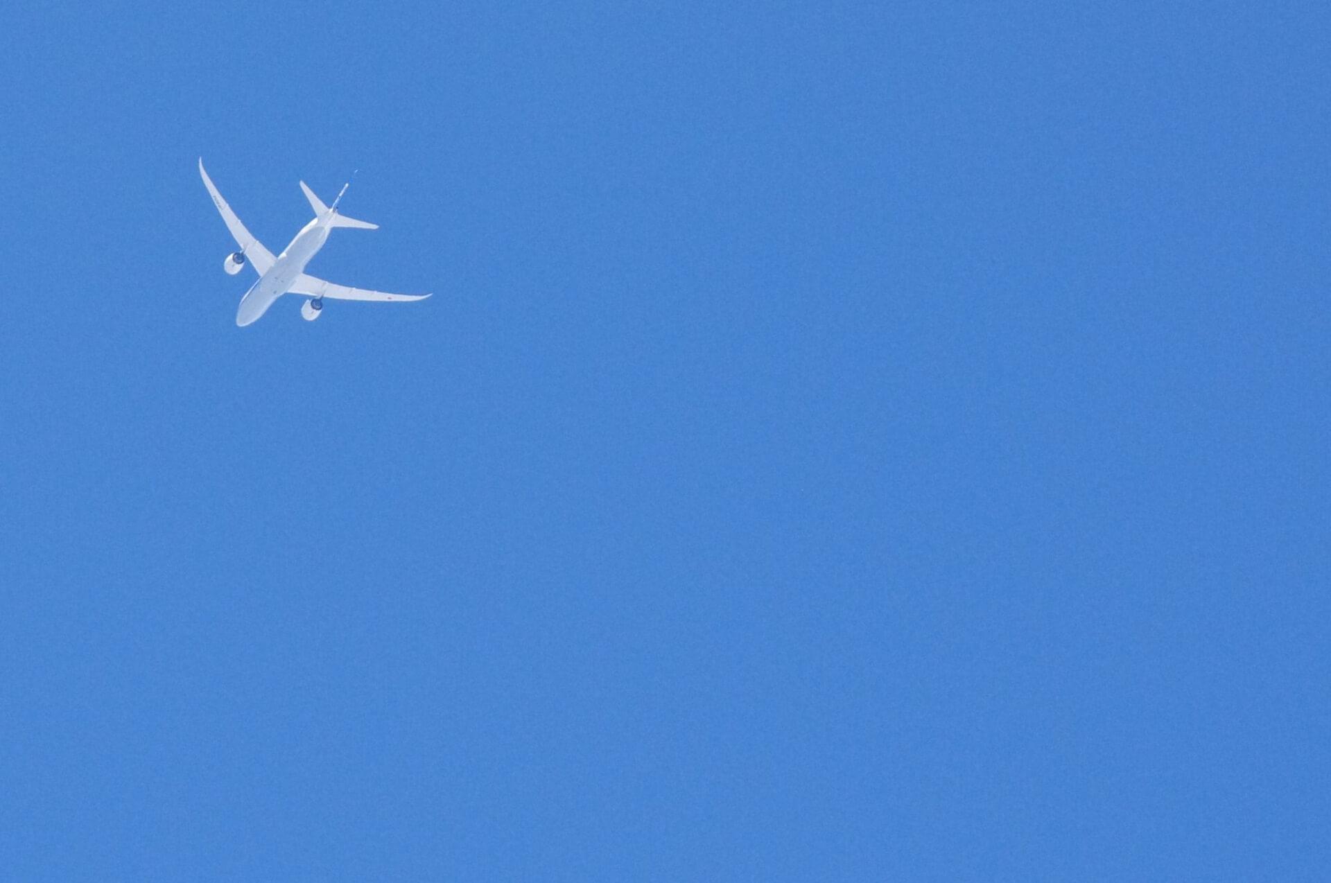 海外へ飛び立つ飛行機