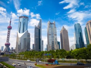 青空と上海のビル群