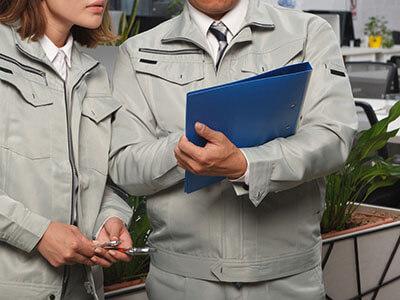 安全監査を作業服姿で行う労働安全コンサルタント