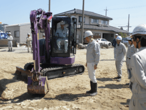 作業現場で建築機器の講習を行う小林労働安全コンサルタント