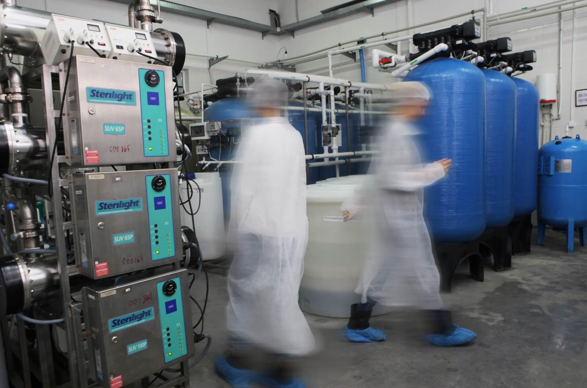 製造業の工場で働く人々