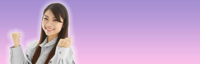 ガッツポーズを取る若い女性