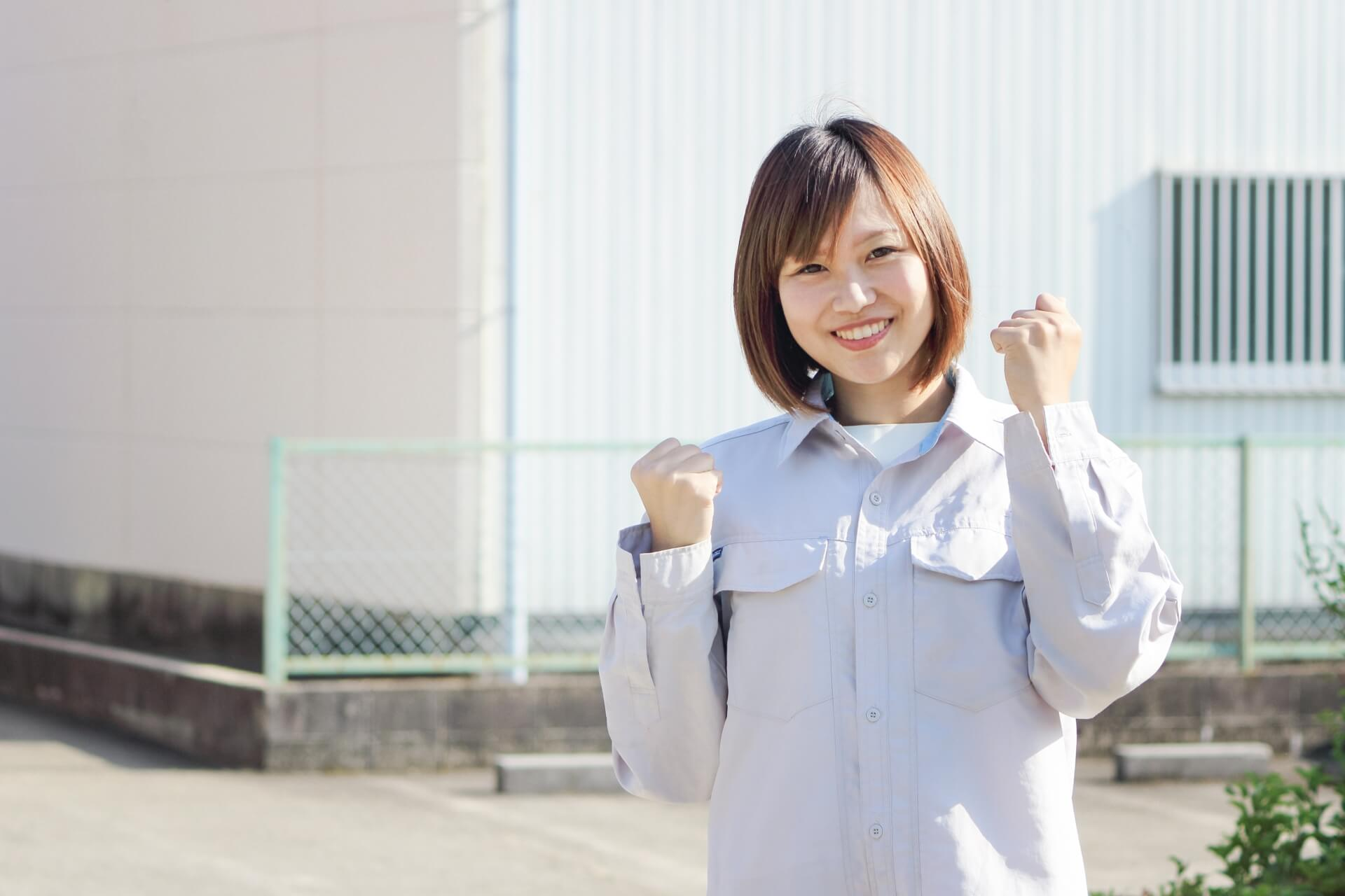 ガッツポーズする製造業の若い女性社員