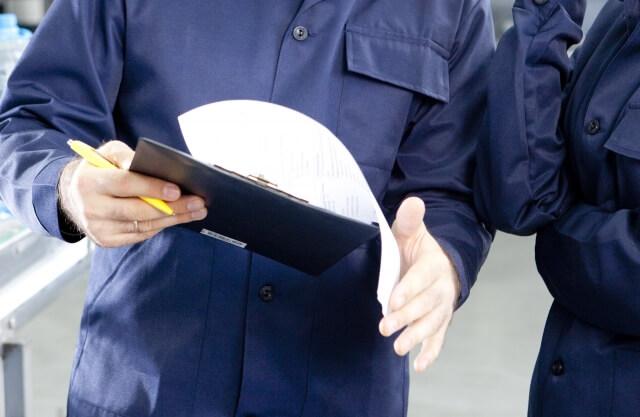 書類を見て監査を行う労働安全コンサルタント