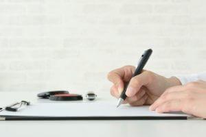 書類を作成するコンサルタント