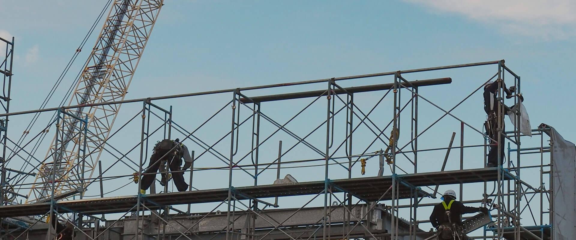 高いところで作業を行う建築現場作業員