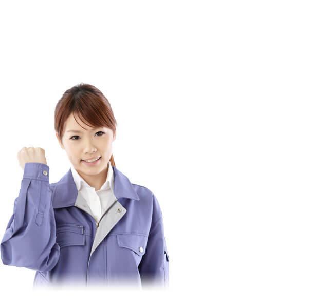 ガッツポーズを取る製造業の女性スタッフ